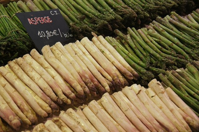 Vegan travel - asparagus at the Toulouse market