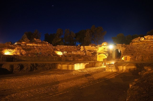 Vegan travel in Mérida - Roman amphitheatre by night