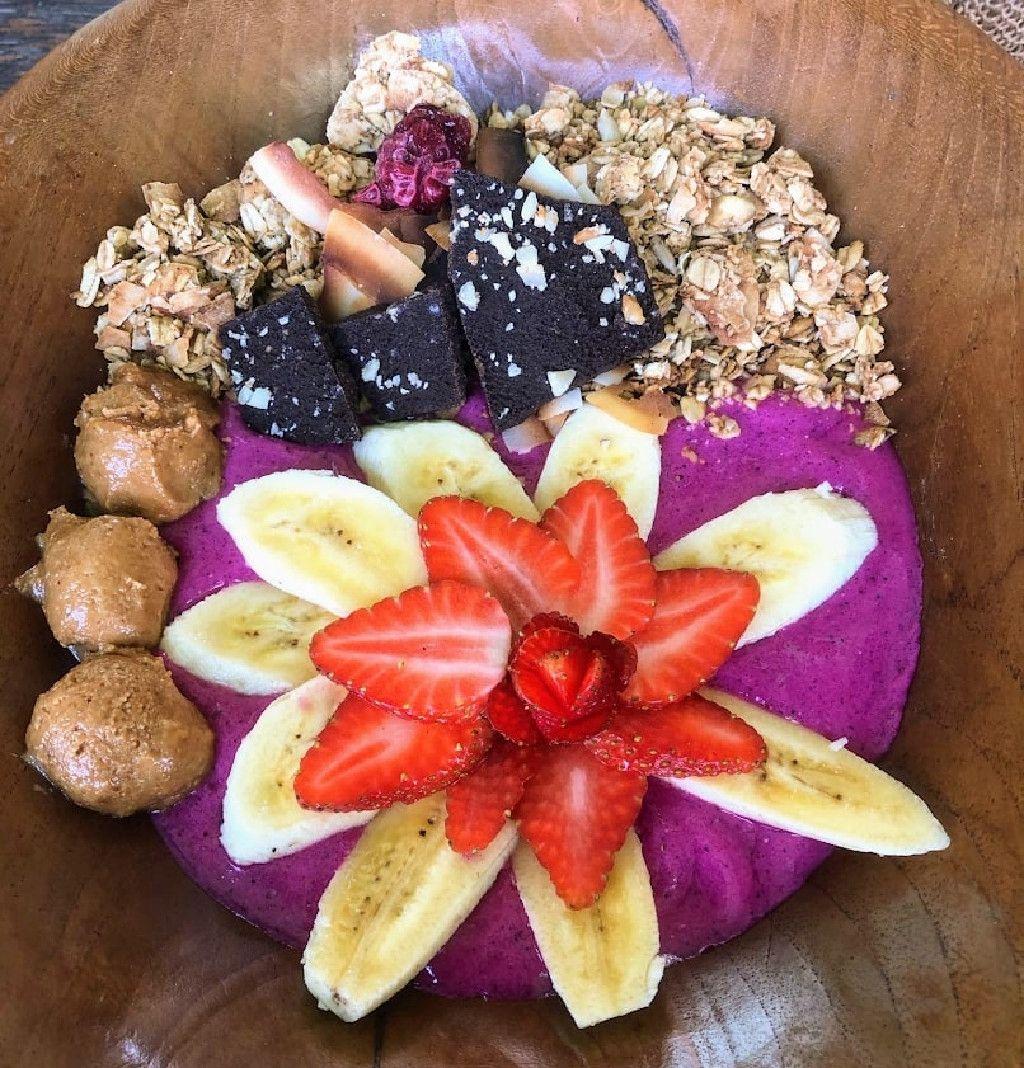 Vegan smoothie bowl at the Green Guru in Canggu